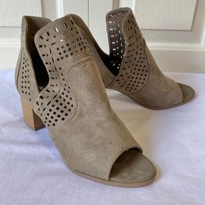 ature Breeze Cut Out Booties Size 8.5